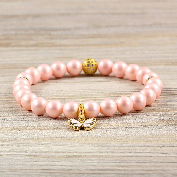 Egyedi ásvány karkötő: matt, rózsaszín, shell pearl, 8 mm, arany cirkónia köves köztes dísszel, rózsaszín pillangóval