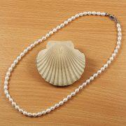 Rizsszemű, fehér tenyésztett gyöngy nyaklánc, 5-5,5 mm, 45 cm (AA)